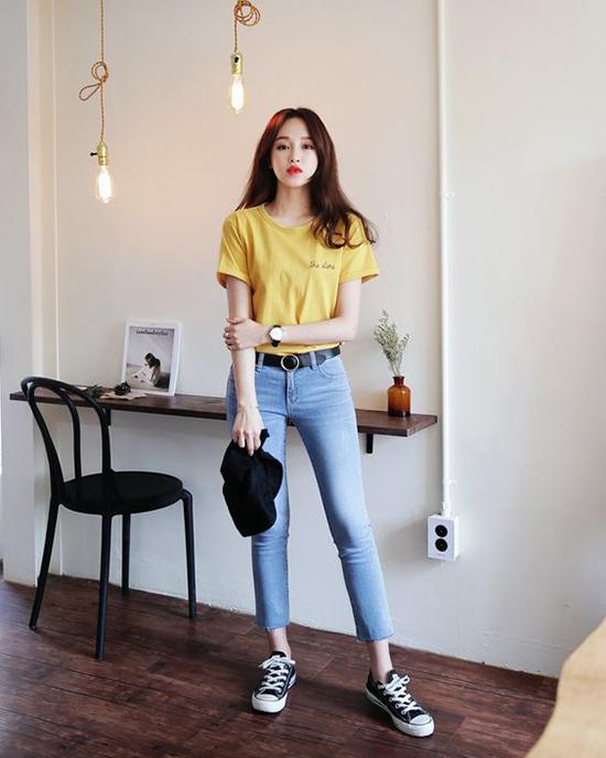 Những cô nàng yêu phong cách đơn giản thì chỉ cần chọn áo thun đi kèm jeans để tôn nét khoẻ khoắng, năng động.
