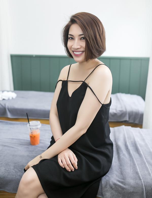 Pha Lê khoe vai trần và làn da trắng với mốt váy ngủ gam đen.