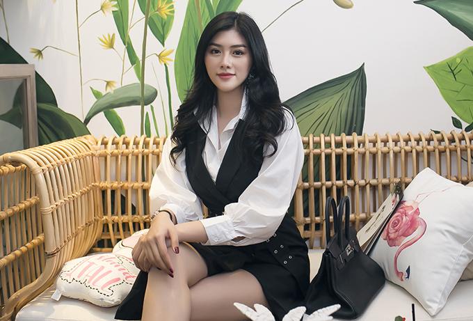 Hoa hậu Huỳnh Tiên chuộng phong cách thanh lịch, năng động.