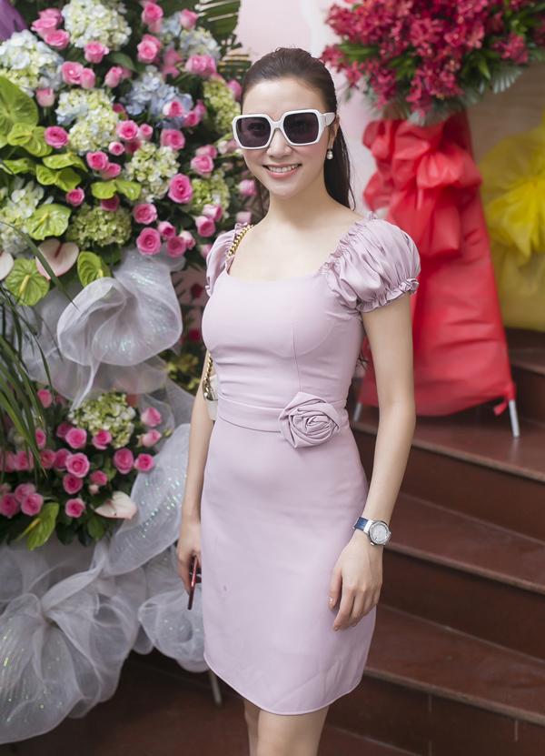 Hạnh Sino trông nhẹ nhàng, nữ tính trong gam màu tím pastel.