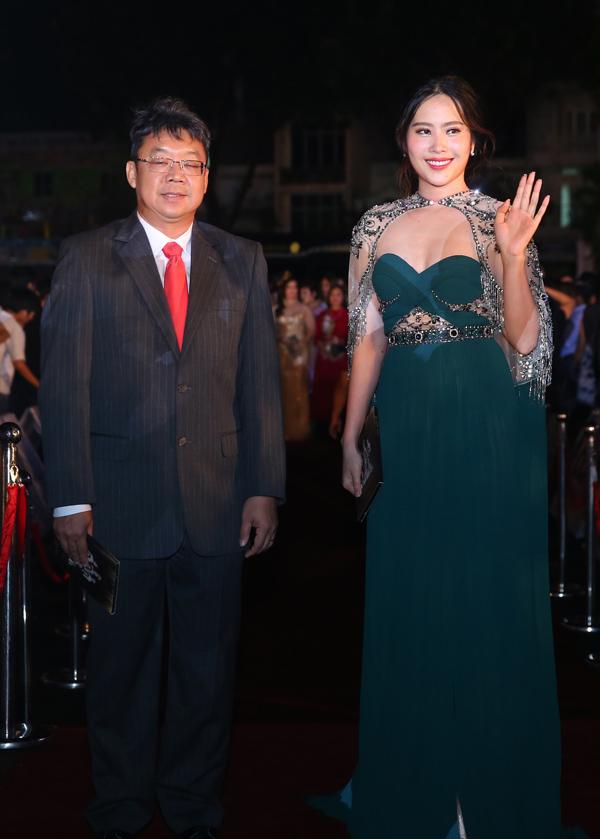 Hoa khôi Nam Em trông đầy đặn hơn trước khi mặc bộ váy xanh cúp ngực, đính thêm tấm khoác vai lấp lánh.