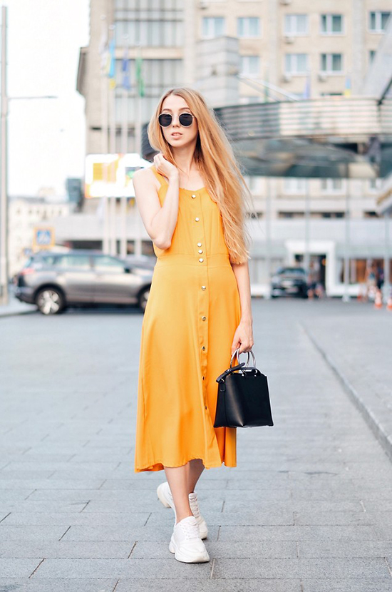 Váy gài nút, đầm hai dây được ưa chuộng trong mùa hè tiếp tục tạo nên sức hút ở mùa thu năm nay.