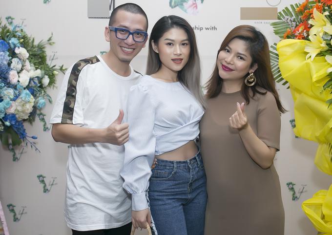 Diễn viên Ngọc Thanh Tâm (giữa) khoe khéo vòng eo thon với áo crop-top.