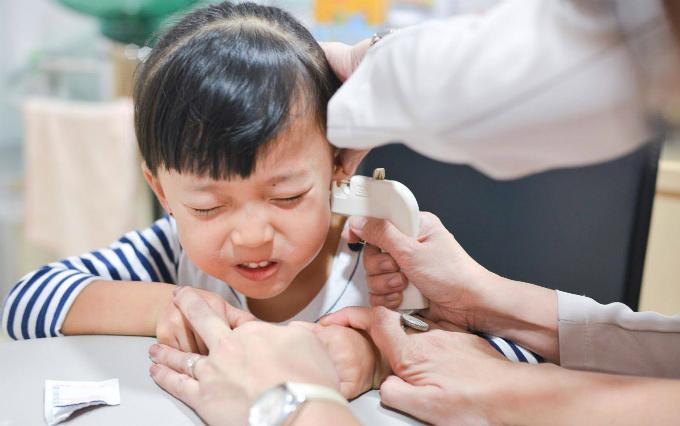 Đảm bảo rằng bạn cho bé đi bấm lỗ tai ở nơi có uy tín.