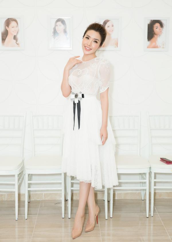 Á hậu Biển Khánh Phương xinh xắn như công chúa dự sự kiện. Cô từng lọt top 25 Miss Supranational 2017.