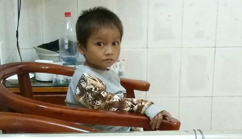 Không còn ngủ ngoài đường, cậu bé Hà Giang khóc nhớ mẹ - ảnh 1