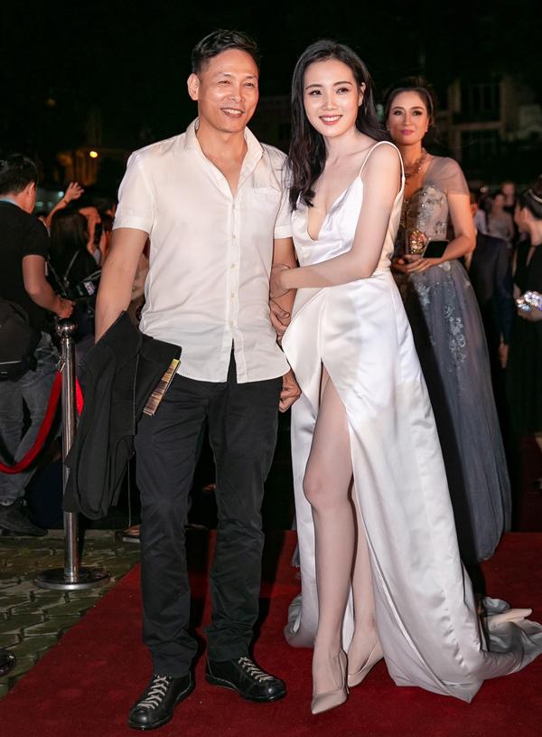 Người đẹp Diệp Hồng Đào đi cùng ông xã - đạo diễn Ngô Quang Hải.