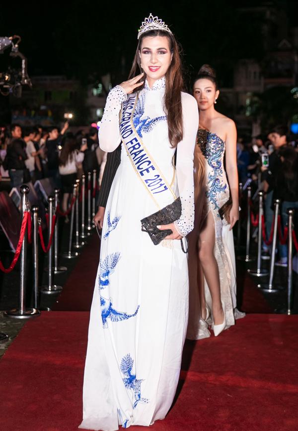 Hoa hậu Hòa bình Pháp 2017 cũng diện áo dài tới xem các người đẹp Việt thi nhan sắc.
