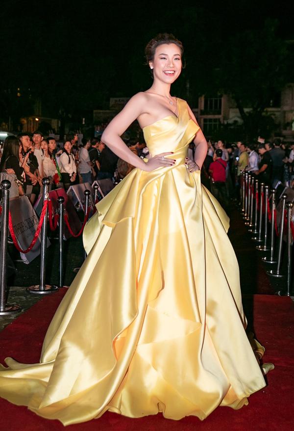Á hậu Hoàng Oanh sexy với thiết kế lệch vai màu vàng rực.
