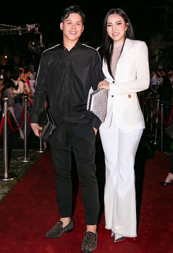 Biên đạo John Huy đi cùng Lý Phương Châu - vợ cũ Lâm Vinh Hải.