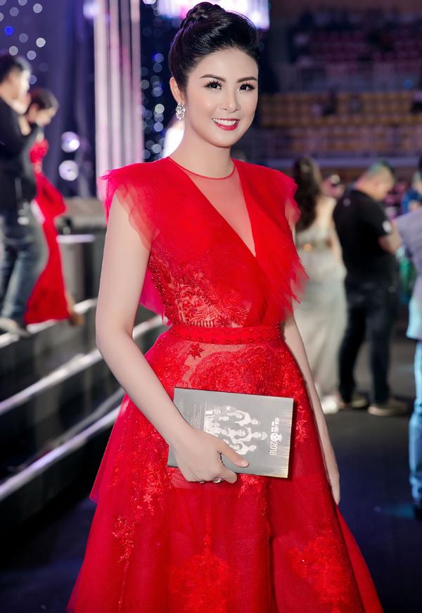 Hoa hậu Ngọc Hân cười tươi trước ống kính.