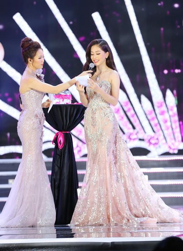 Nữ sinh 18 tuổi Trần Tiểu Vy đăng quang Hoa hậu Việt Nam 2018 - ảnh 23