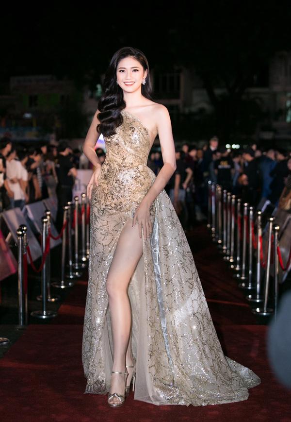 Thảm đỏ chung kết Hoa hậu Việt Nam 2018 ghi dấu phong cách ấn tượng của nhiều người đẹp. Á hậu Thanh Tú lộng lẫy cùng thiết kế ánh kim lệch vai, xẻ vạt cao gợi cảm.