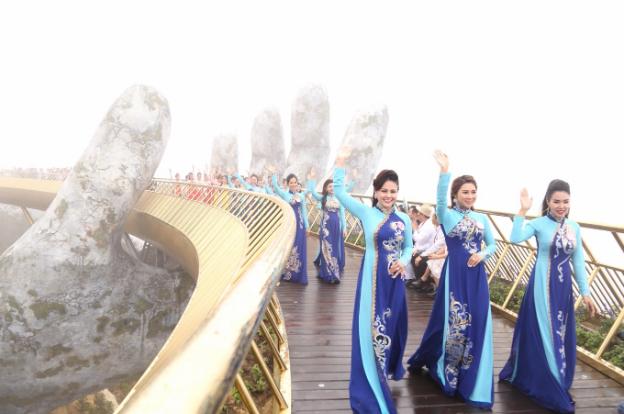 Trước đó, 31 thí sinh lọt vào vòng chung kết lần lượt trải qua các màn trình diễn áo dài, trang phục công sở và dạ hội.
