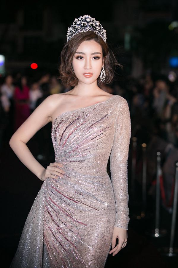 Thiết kế lệch vai tôn dáng cũng theo chân Đỗ Mỹ Linh lên thảm đỏ chung kết Hoa hậu Việt Nam 2018.