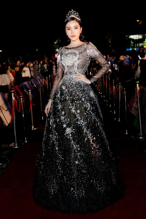 Trong khi đó, Hoa hậu Kỳ Duyên diện váy form công chúa phồng rộng, đính họa tiết lấp lánh.