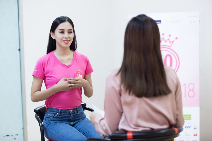 Nữ sinh 18 tuổi tham gia buổi kiểm tra tiếng Anh cùng ban tổ chức trước đêm chung kết.