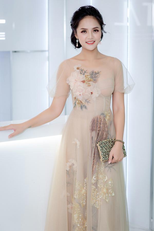 Bộ cánh màu nude trên nền chất liệu mỏng nhẹ giúp diễn viên Thu Quỳnh khắc họa hình ảnh ngọt ngào.