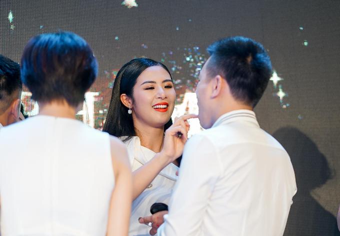 Hoa hậu Ngọc Hân gợi ý chọn son lì cho môi khô - 6
