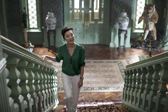 Dương Tử Quỳnh vai phu nhân Eleanor Young bên trong căn biệt thự hạng sang