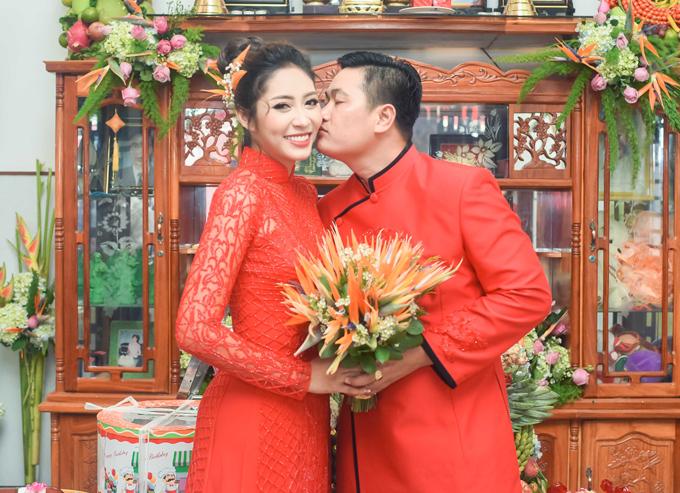 Ông xã 28 tuổi âu yếm hôn má Đặng Thu Thảo trong đám hỏi. Cặp đôi hẹn hò 3 năm nay. Dù yêu xa nhưng tình cảm của họ vẫn mặn nồng.