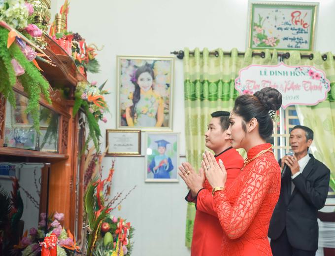 Đôi uyên ương thành kính làm lễ trước bàn thờ nhà gái.