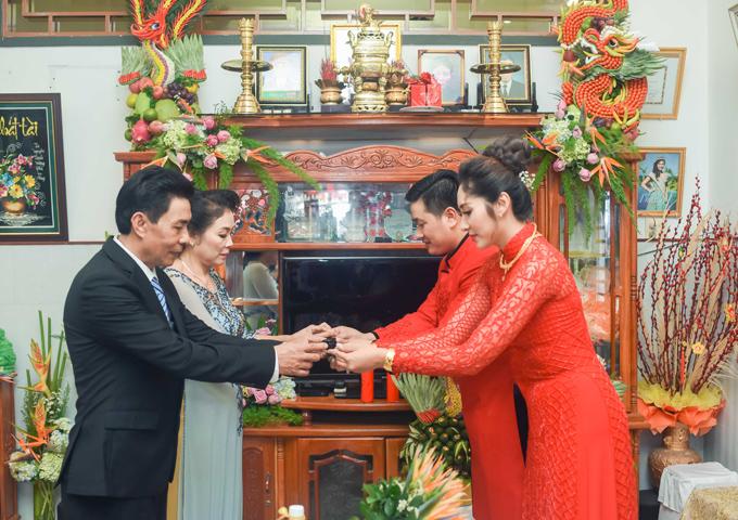 Cô dâu, chú rể dâng rượu mời bố mẹ hai bên để cảm ơn đấng sinh thành đã tác hợp, vun vén cho hạnh phúc của họ.
