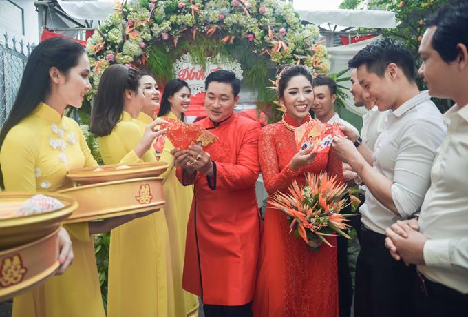Sau khi hoàn tất các nghi thức quan trọng, Đặng Thu Thảo và chồng đi lì xì lấy may cho đội bưng quả.