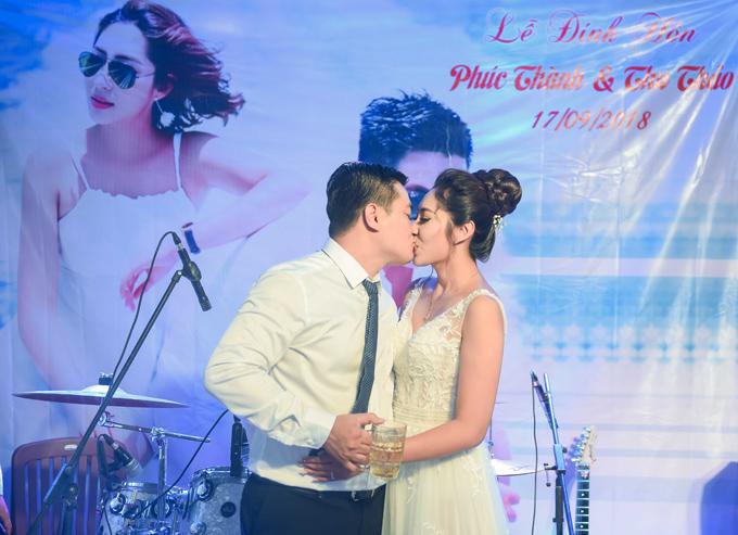 Trong buổi tiệc mừng trưa cùng ngày, cô dâu và chú rể hôn nhau say đắm trên sân khấu.