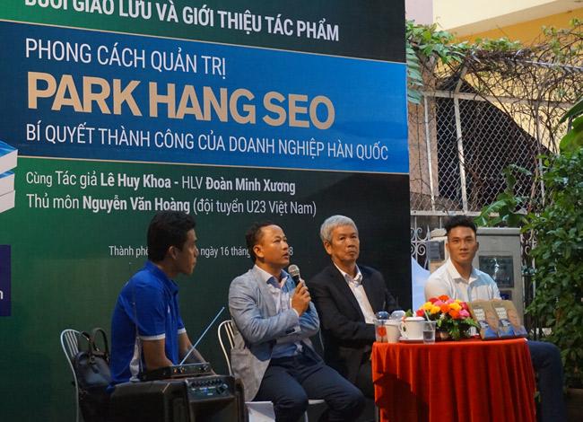Tham gia buổi giao lưu ra mắt sách ngoài tác giả Lê Huy Khoa còn có huấn luyện viên Đoàn Minh Xương và thủ môn Nguyễn Minh Hoàng của đội tuyển U-23 Việt Nam.