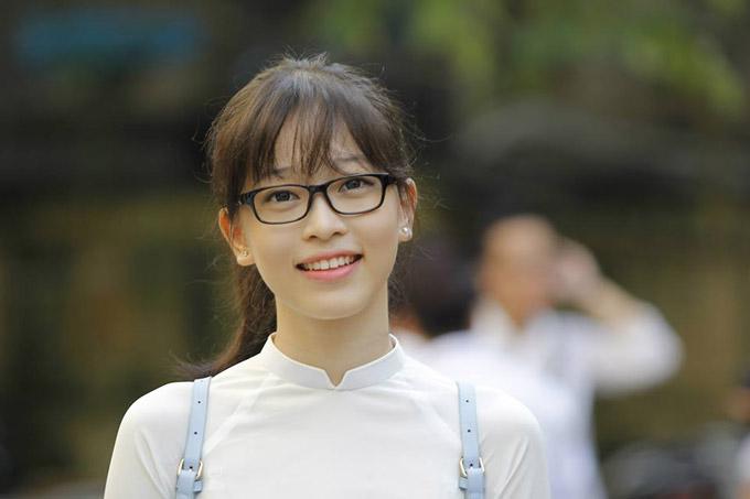 Phương Nga theo học trường THPT Kim Liên, Hà Nội. Cô bị cận thị nên thường gắn bó như hình với bóng với cặp kính cận. Bọng mắt của cô cũng to hơn so với nhiều người bạn cùng trang lứa.