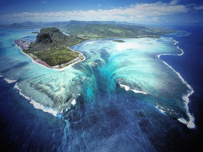 Thác nước ma mị nằm dưới đáy biển sâu đánh lừa du khách