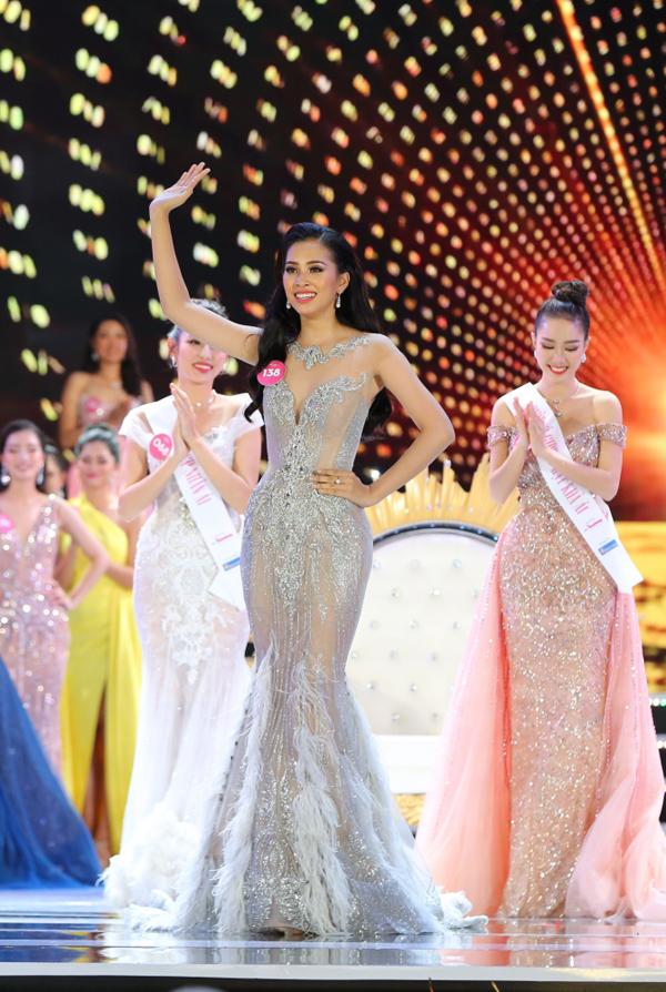 Trần Tiểu Vy rưng rưng trong giây phút trở thành tân Hoa hậu Việt Nam 2018 - ảnh 1