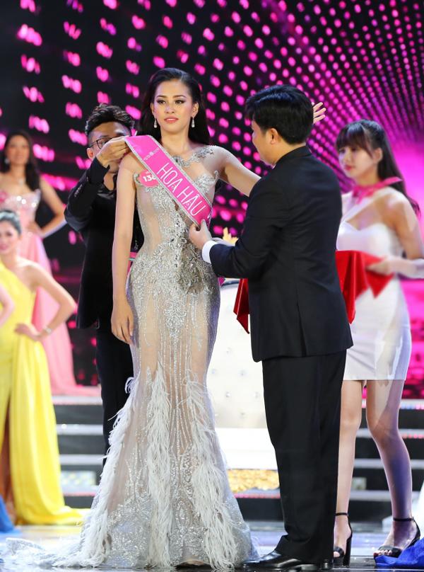 Trần Tiểu Vy rưng rưng trong giây phút trở thành tân Hoa hậu Việt Nam 2018 - ảnh 3