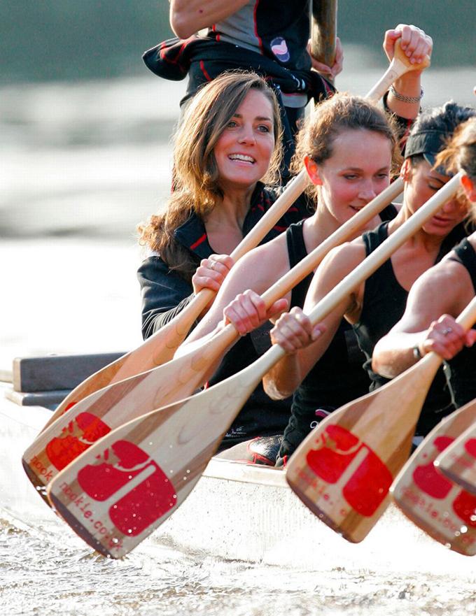Là một thành viên tích cực trong câu lạc bộ chèo thuyền, Kate cũng tham gia cuộc đua được tổ chức trên sông Thames năm 2007. Ảnh: UK Press. Ảnh: REX.