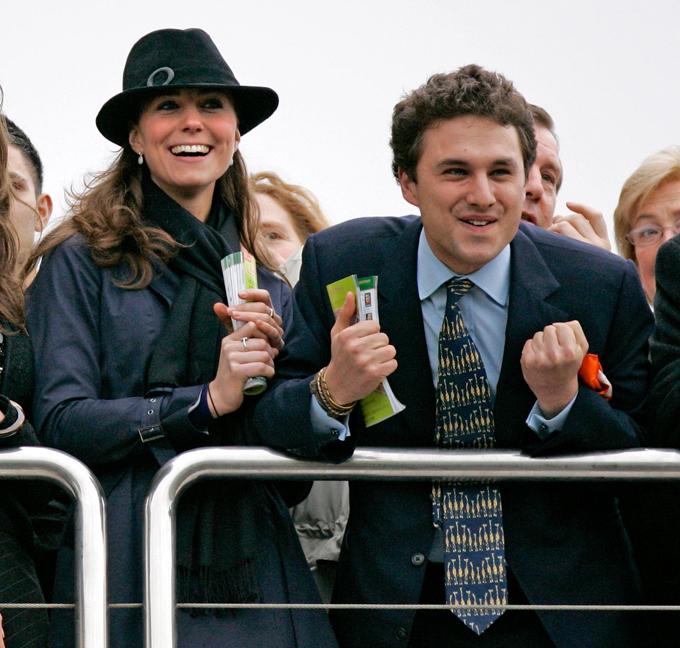 Ngoài ra, Kate cũng là fan bự của các cuộc đua ngựa. Cô được trông thấy tới xem Festival Cheltenham với bạn của Harry và William - Thomas van Straubenzee - vào năm 2008. Ảnh: UK Press.