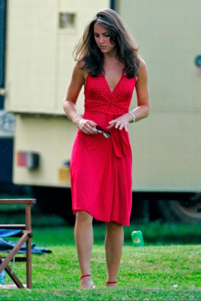 Kate xuất hiện trong bộ váy đỏ rực rỡ khi xem Hoàng tử William thi tranh cup polo vào ngày 17/6/2006. Ảnh: Europe Press.