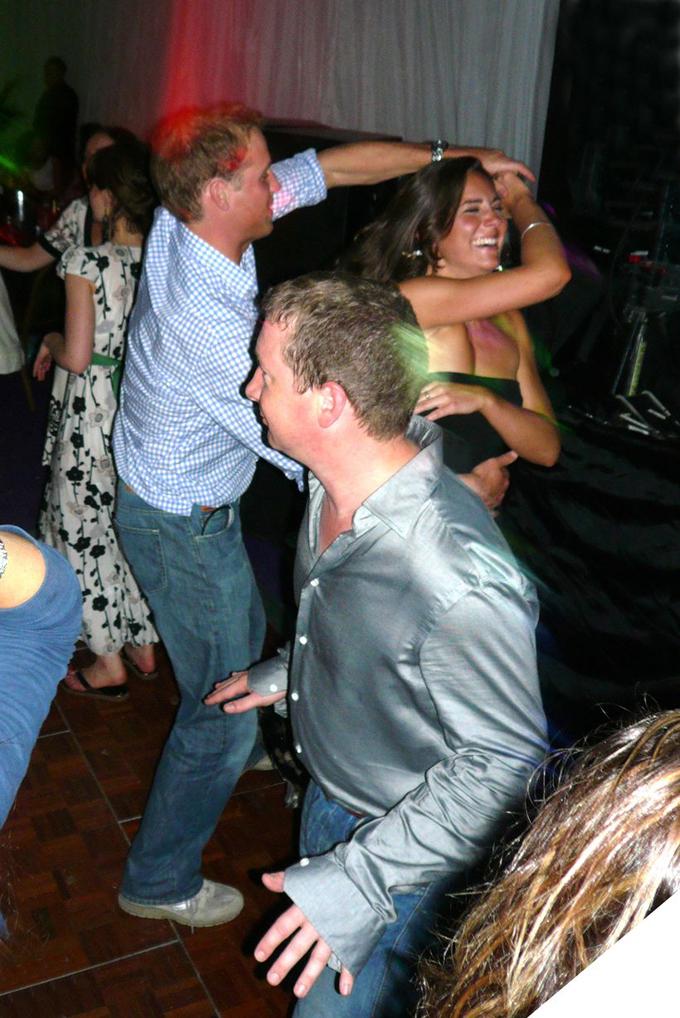 Kate say mê nhảy khi đi chơi đêm cùng bạn bè ở London hôm 11/5/2007. Ảnh: Daily Mirror.