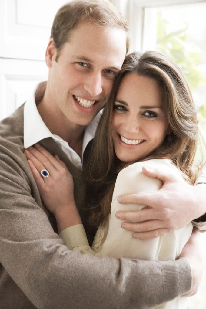 William hôn bạn gái Kate sau khi chơi bóng ở Eton College vào ngày 18/3/2006. ẢNh: UK Press.