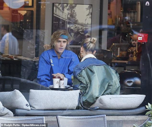 Cặp đôi dừng chân tại quán cafe Joe & The Juice trò chuyện.