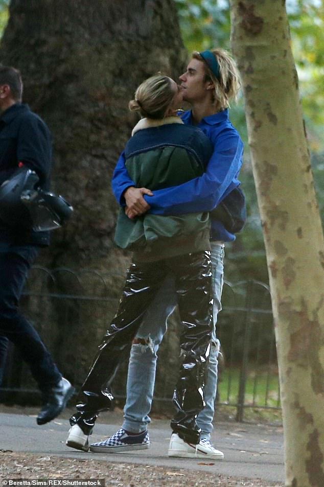 Hailey cũng không ngần ngại chủ động hôn cằm bạn trai.