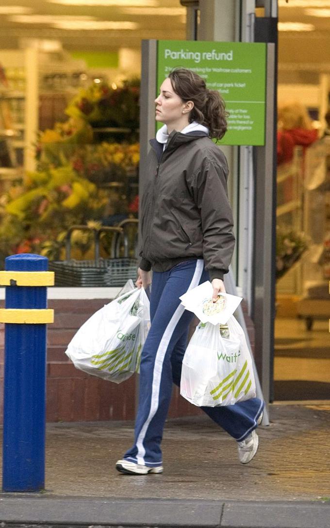 Diện bộ quần áo xuề xòa ở nhà, Kate xách hai túi đầy đổ ăn khi bước ra khỏi siêu thị vào tháng 1/2006. Ảnh: REX.