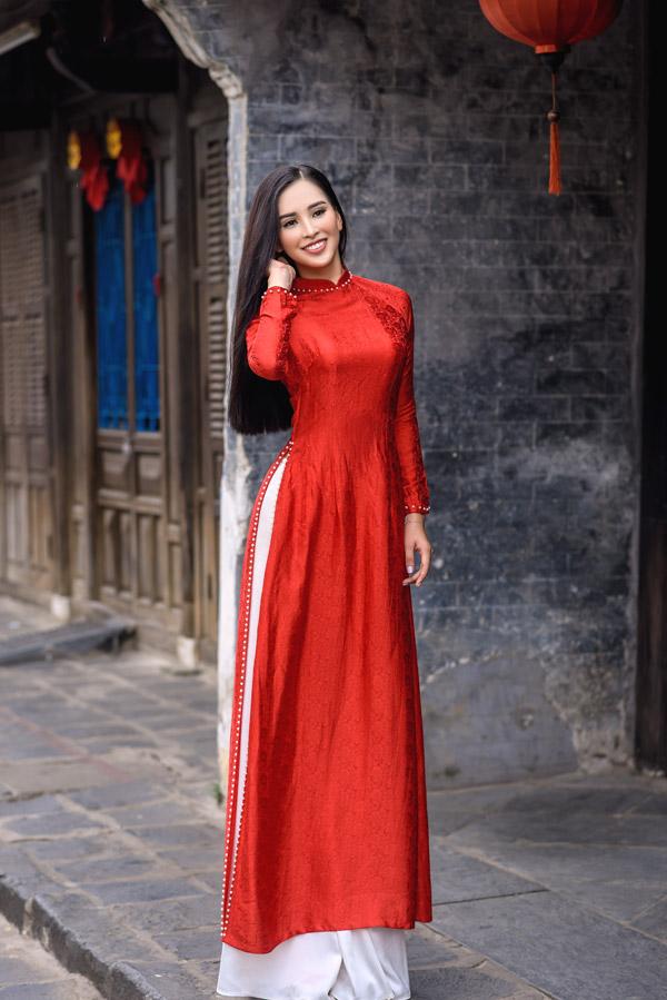 Trần Tiểu Vy trong bộ sưu tập áo dài về Hội An của Hoa hậu Ngọc Hân - 1