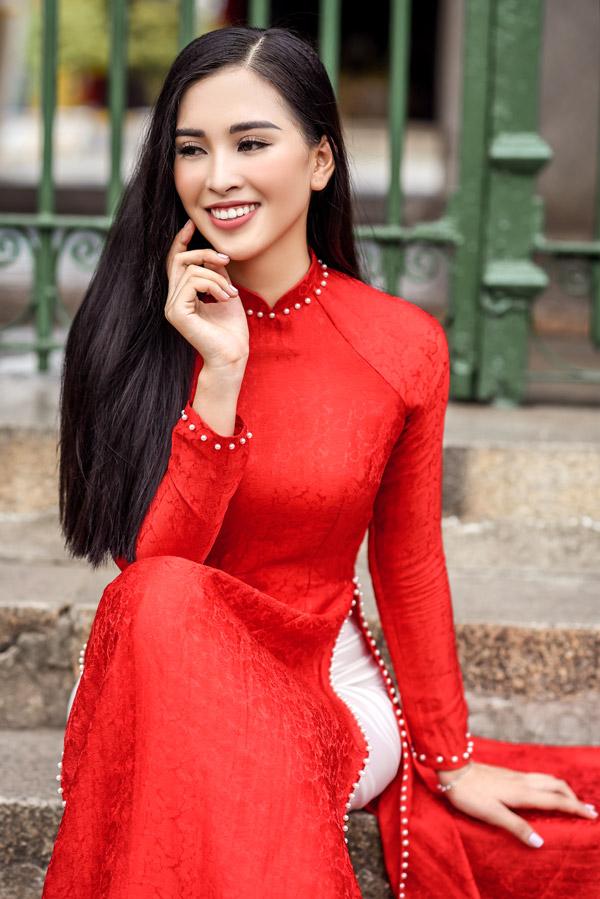Trần Tiểu Vy trong bộ sưu tập áo dài về Hội An của Hoa hậu Ngọc Hân - 2