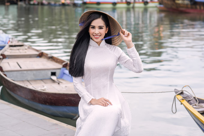 Trần Tiểu Vy trong bộ sưu tập áo dài về Hội An của Hoa hậu Ngọc Hân - 7