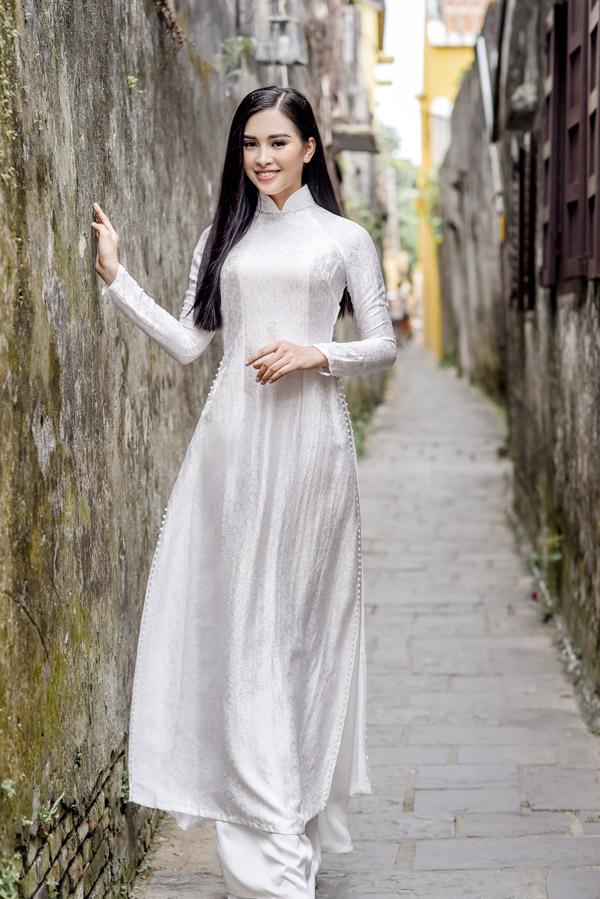 Trần Tiểu Vy trong bộ sưu tập áo dài về Hội An của Hoa hậu Ngọc Hân - 5