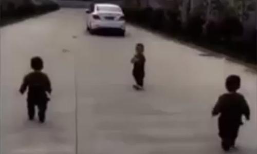 Ba cậu bé chạy theo xe khi bố đi làm
