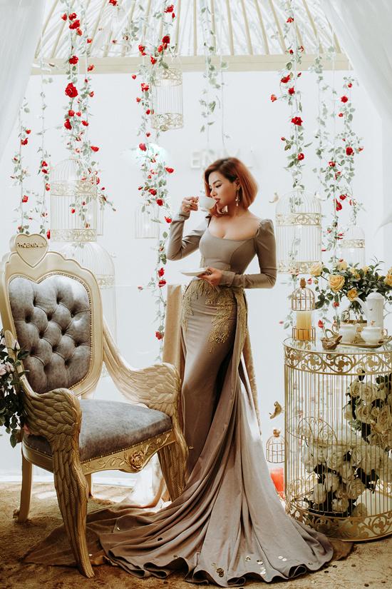 Dáng váy đuôi cá được biến đổi không ngừng để mang tới sự hoành tráng cho trang phục dạ tiệc. Ngoài các kiểu váy đơn sắc còn có các thiết kế đính kết tỉ mỉ.