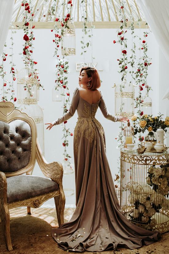 Váy dạ hội mang phong cách cổ điển được thêm phần vạt váy dài phù hợp với những buổi tiệc xa hoa hay các thảm đỏ sự kiện quy mô lớn.