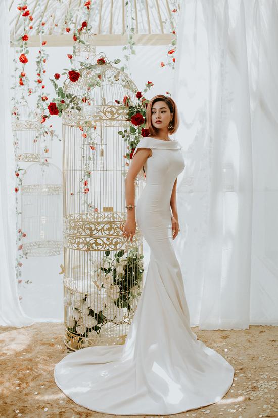 Bộ ảnh được thực hiện ngay tại cửa hàng thời trangcủa Vũ Thu Phương. Người đẹp cho biết, với showroom mới, cô muốn gây ấn tượng bởi kiến trúc độc đáo lấy ý tưởng từ lồng chim.
